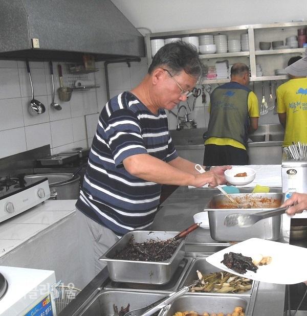 노숙인 점심을 준비하고 있는 서영남 대표