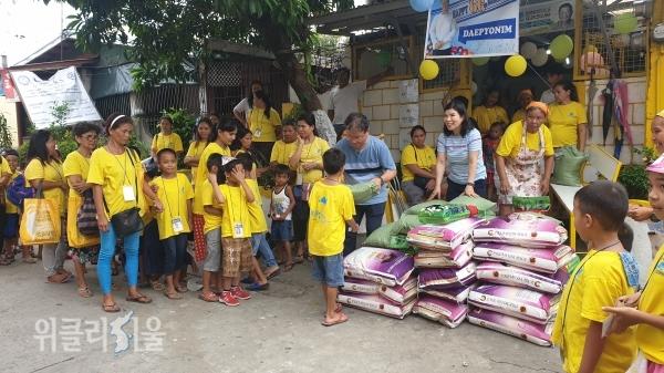 필리핀의 빈곤지역 어린이들을 위한 쌀 지원
