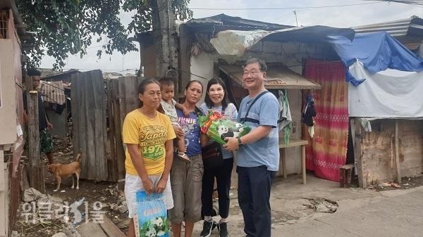 어려운 가정을 찾아 쌀을 전달하는 서영남 대표(오른쪽)와 부인 베로니카 여사(오른쪽에서 두번째).