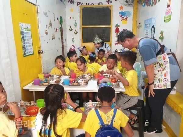 돈이 없어 교과서와 동화책을 마련하지 못하는 아이들을 위해 도서관을 세운 서영남 대표