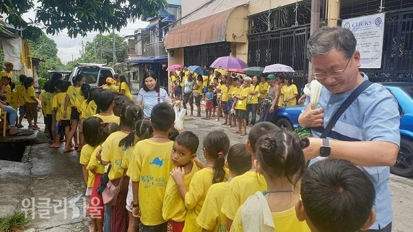 어려운 형편의 아이들을 뽑아 작은 학교를 세워 학업의 길을 열어준 서영남 대표가 아이들을 환대하는 모습